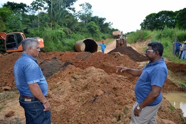 Só na Bença acompanha obras de instalação de tubos armcos em Primavera de  Rondônia 56a4605922338