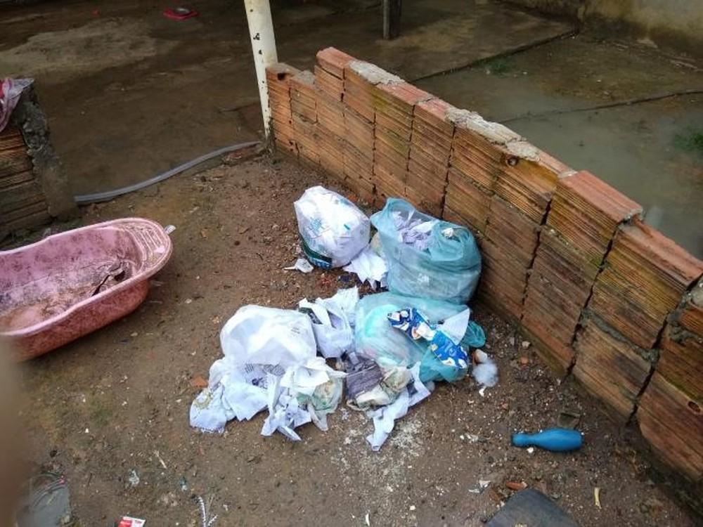 criancas abandonadas1 - Seis crianças com idades entre 1 e 8 anos são resgatadas em meio a lixo, comida estragada e fezes