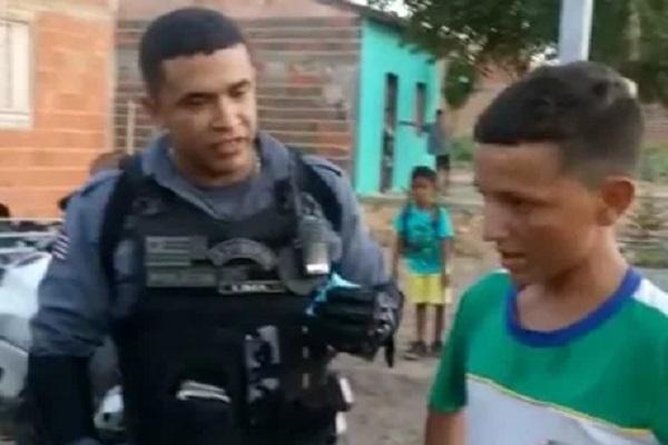 """Menino é humilhado enquanto vendia geladinho, recebe o apoio da Polícia: """"Você é um herói"""" - Assistam ao vídeo"""