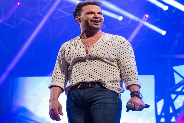Eduardo Costa expulsa empresário que agredia mulher durante show