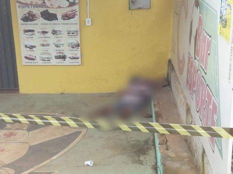 Corpo de homem é encontrado em frente de bar em Jaru