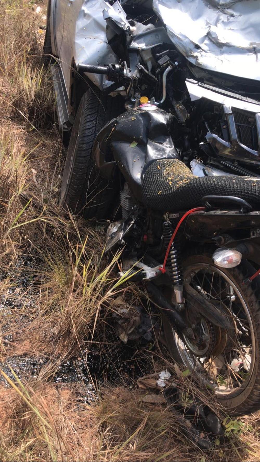 Mulher morre ao ser arremessada de moto em batida frontal com caminhonete