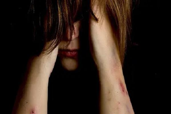 Estupro garota estuprada imagem ilustrativa - Menina de 11 anos está grávida; padrasto e o companheiro da avó são suspeitos de violentá-la
