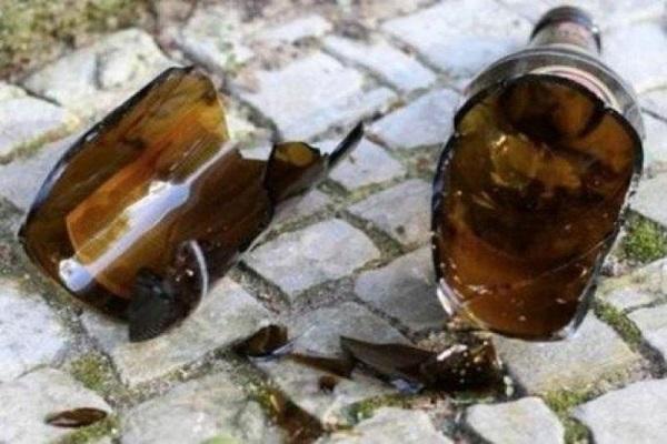 Garçom é preso após agredir mulher com gargalo de garrafa em bar