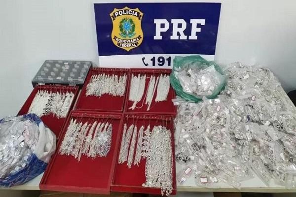 PRF apreende mais de R$ 27 mil em carregamento de joias e semijoias sem nota fiscal em Vilhena