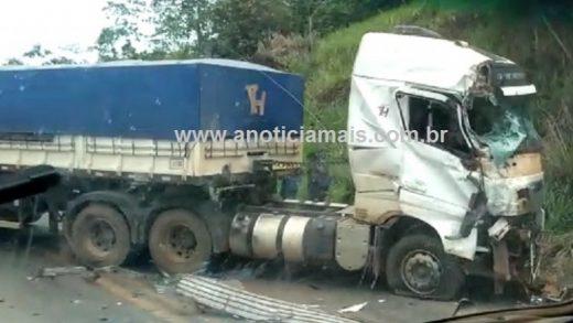 91d6183e ffb8 43e4 bbeb a93c3c36aa52 520x293 - Caminhão e carreta colidem na BR-364, entre Jaru e Ariquemes