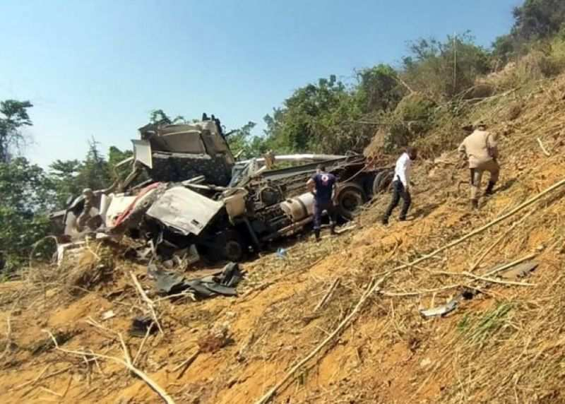 Motorista de Novo Horizonte do Oeste perde controle, sai da rodovia e cai em ribanceira com carreta no MT