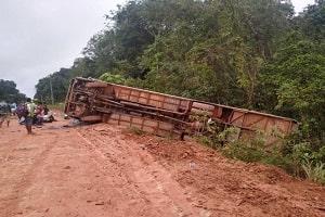 Ônibus lotado de passageiros tomba na BR-319 quando vinha para Porto Velho