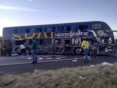 Ônibus tomba e deixa onze feridos, em Carambeí no PR