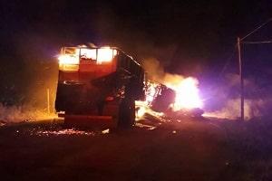 Motorista morre carbonizado após explosões de carretas em colisão na BR-364 em Rondônia