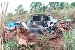 Pai e filha morrem em grave batida entre Hilux e carreta; Caminhonete ficou totalmente destruída
