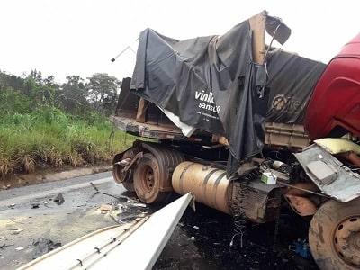 Pista escorregadia provoca batida de carretas na BR 364, entre Vilhena e Pimenta Bueno; deixando dois feridos