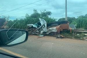 Acidente com carro de funerária mata motorista e caixão com corpo fica destruído; IMAGENS FORTÍSSIMAS
