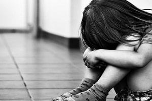 Mãe flagra avô estuprando menina de 4 anos