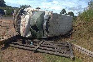 Ambulância fica destruída após capotar na RO 464 em Tarilândia, RO -Assista ao vídeo