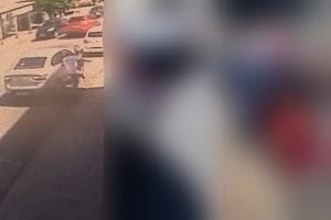 Veja o momento em que psicopata mata ex-namorada com mais de 30 facadas no meio da rua; cenas fortíssimas