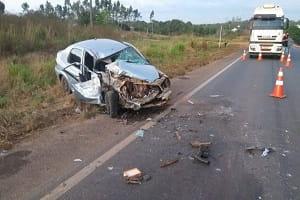 Três pessoas ficam feridas após acidente entre carro e carreta na BR-364