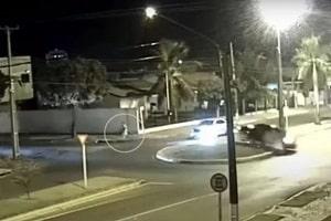 Vídeo mostra carro invadindo rotatória e atropelando ciclista