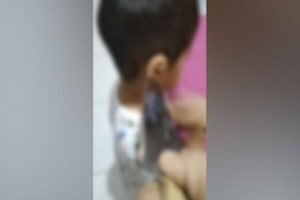Mãe agride e ameaça filhos com faca; veja o vídeo