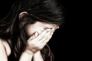 Mãe desconfia de marcas na parede e lençol e descobre que filha foi estuprada pelo cunhado