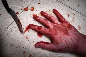Mulher é presa após esfaquear testículos do vizinho