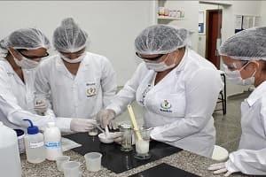 Curso de Farmácia do UNIFACIMED produz cosméticos em laboratório
