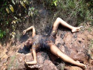Crueldade: mulher é encontrada morta com partes íntimas pegando fogo; veja vídeo