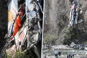 Ônibus despenca de penhasco de cerca de 200 metros de altura e deixa 29 mortos